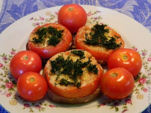 Баклажаны, запечённые с помидорами, сыром и чесноком