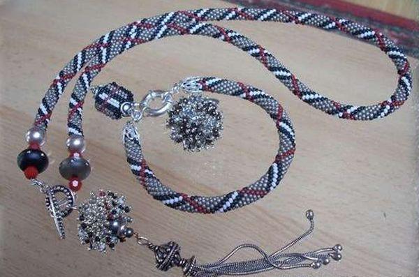 Бусы-жгут можно носить в классическом варианте, или при плетении закончить крупными бусинами, прикрепив затем подходящую подвеску.