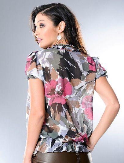 У блузки рукава-фонарики с эластичными краями, выполненными вязкой «резинка». Такая же эластичная вставка идёт и понизу изделия.