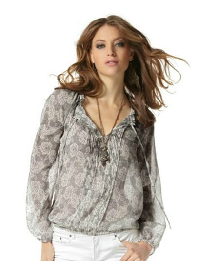 Модная блузка из прозрачного шифона с «жатым» эффектом. Вместо застёжки используются завязки. Вырез отделан рюшами. Внимание также привлекают декоративные защипы спереди.
