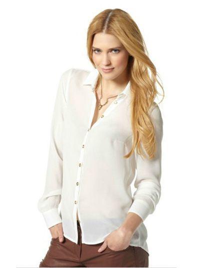 Белая блузка классического покроя с рубашечным воротником выполнена из полупрозрачного шифона с красивыми золотистыми пуговицами.
