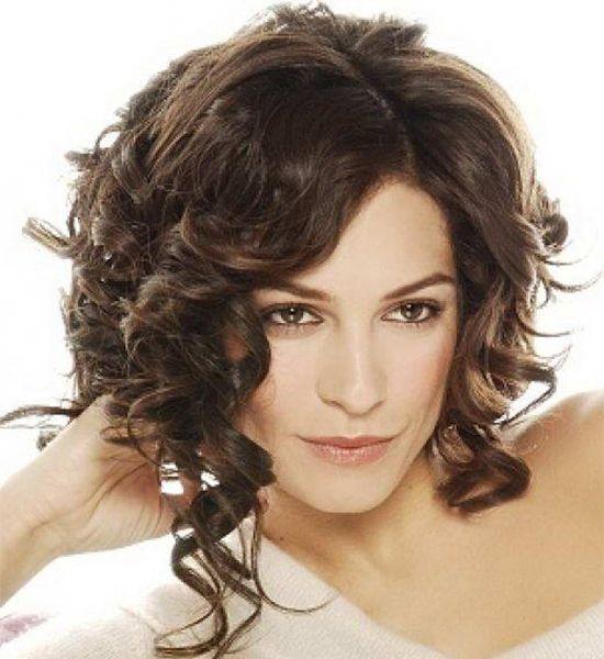 прически для волнистых волос средней длины всех видов фото