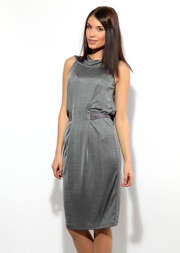 Серебристо-серое платье длиной до середины колена. На спине вырез, открывающий лопатки, декорирован небрежно завязанным бантом.