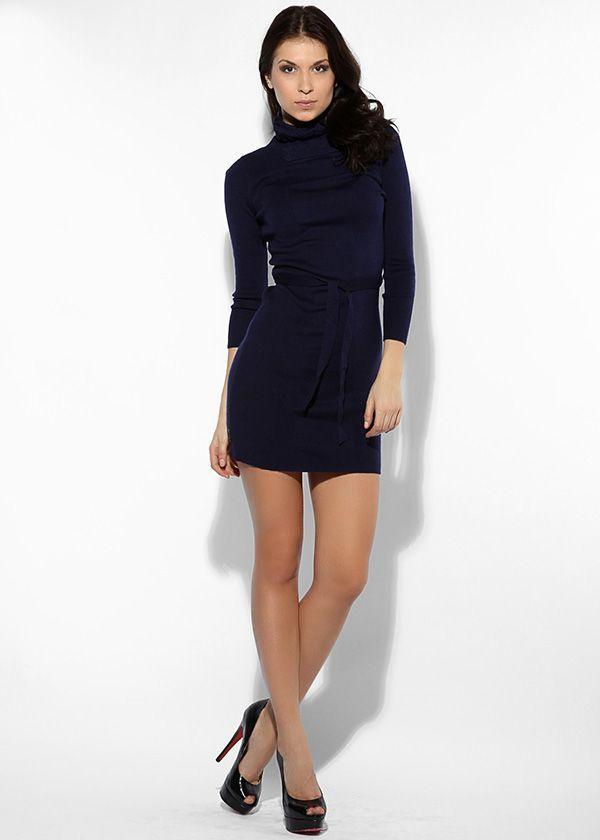Короткое тёмно-синее платье с шлёвками и поясом. Рукав ¾, воротник-стойка. Гладкая выделка сочетается с мелким рубчиком.