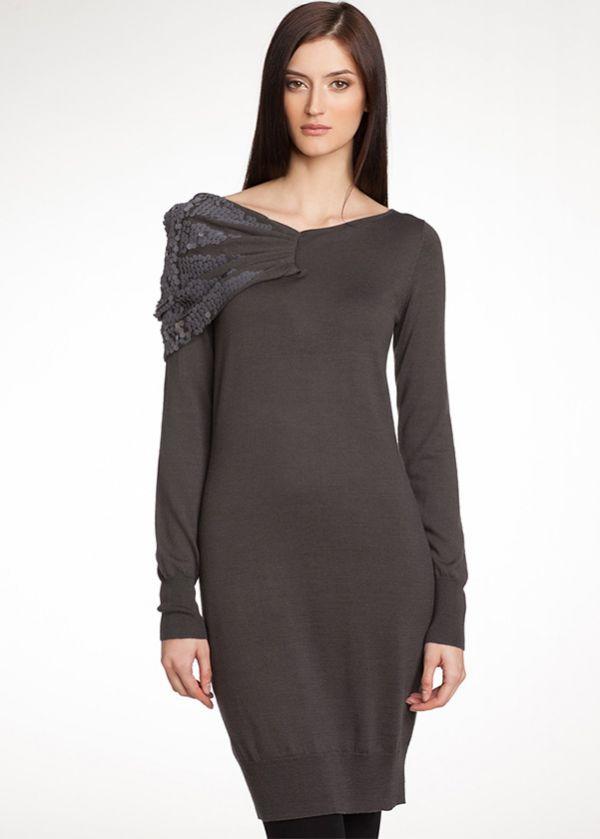 Трикотажное серое платье прямого силуэта. Манжеты и низ модели провязаны резинкой. Широкий вырез украшен плиссированной вставкой с крупными пайетками.