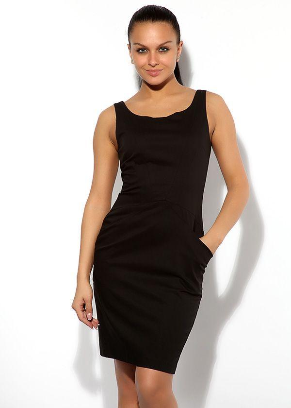 Чёрное коктейльное платье по фигуре с широким вырезом и проймами. Модель на лямочках средней ширины, с двумя симметричными кармашками.