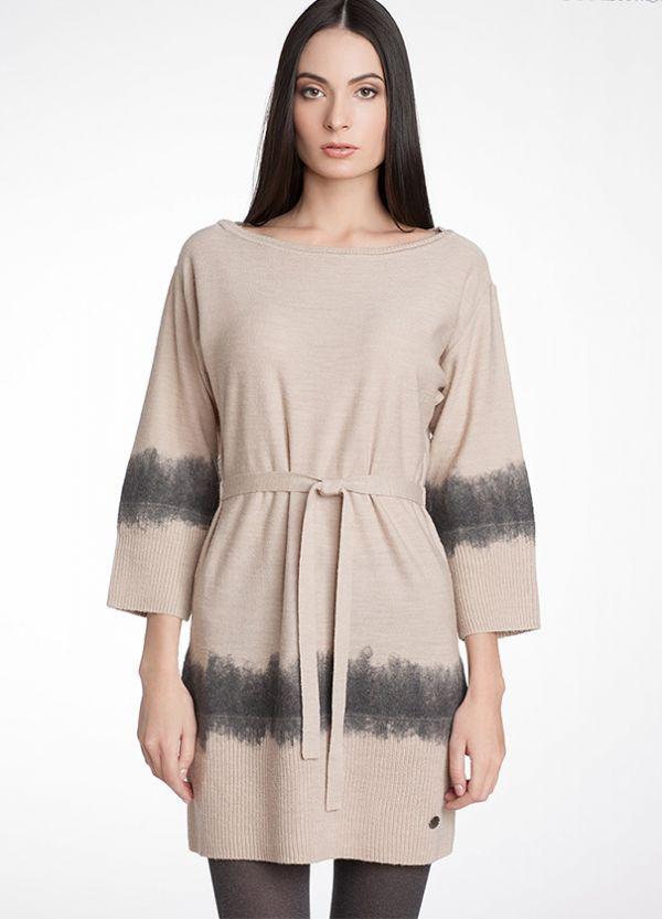 Платье в серо-бежевых тонах. Состав: 50% шерсть, 50% акрил. Рукава и низ модели крупной вязки. Шлёвки по бокам, трикотажный пояс.