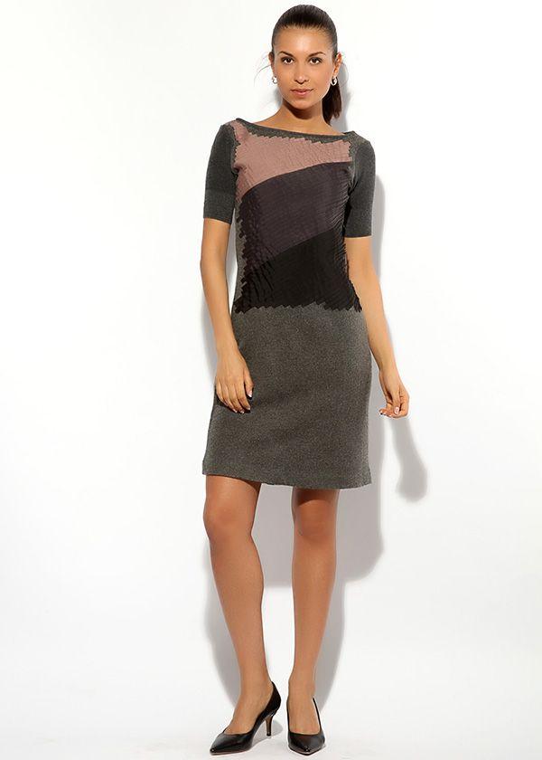 Платье Armani приталенного силуэта с коротким рукавом. Украшено текстильными полосками трёх тонов – розового, сиреневого, чёрного.