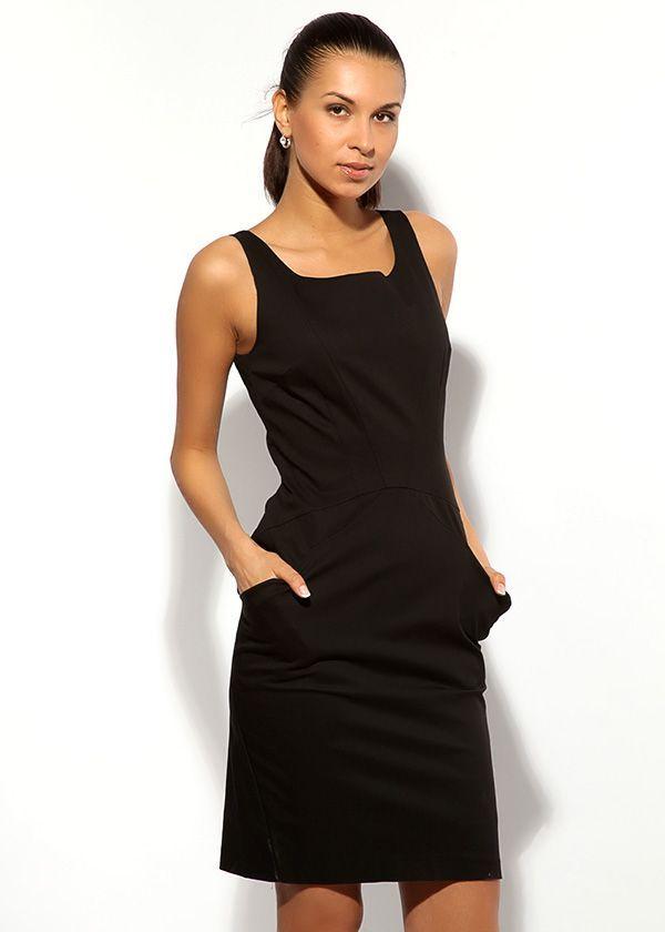 Маленькое чёрное платье с отрезной талией, длиной выше колена. Имеет два симметричных кармашка, застёгивается на длинную молнию сзади.
