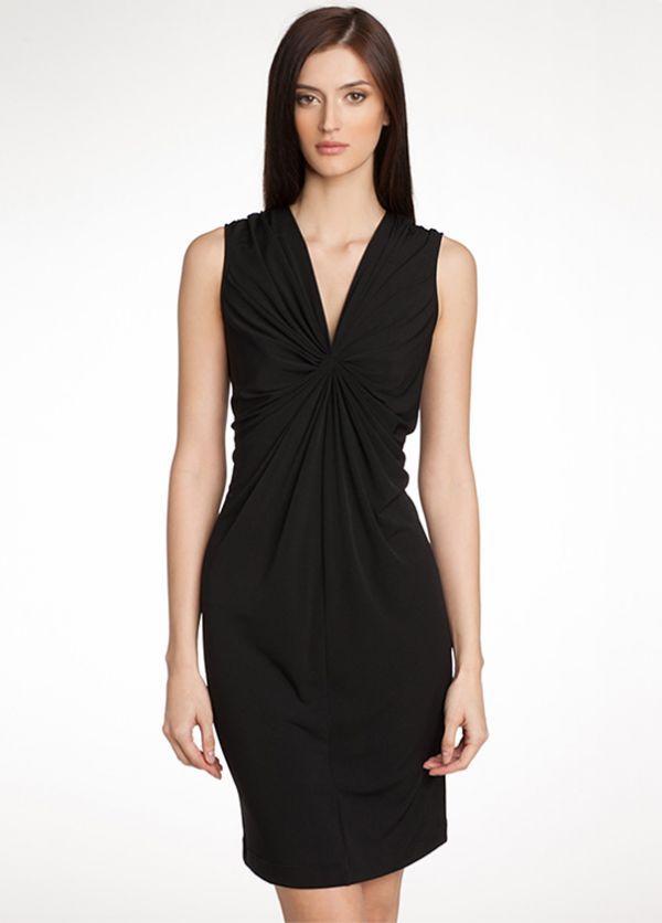 Эффектное чёрное платье Armani Jeans без рукавов, с драпировкой. Имеет центральные швы спереди и сзади по всей длине модели.