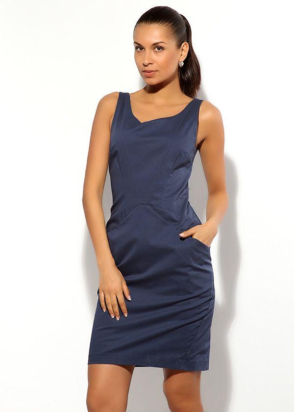 Короткое синее платье Armani выполнено в лаконичном варианте. Модель на бретелях, без рукавов, с двойными выточками.