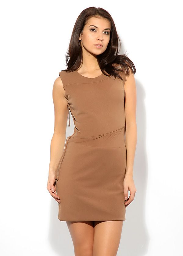 Короткое платье песочно-кофейного оттенка с втачным асимметричным поясом. Слева от круглого выреза – декоративная маленькая молния.