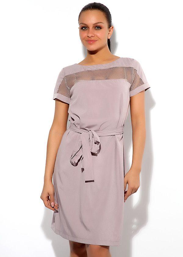 Платье Армани с короткими рукавами, полуприлегающего силуэта, длиной до середины колена. Декорировано вставкой из прозрачной сеточки.