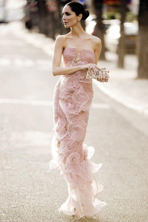 Очаровательное бледно-розовое платье с декольте и довольно смелым вырезом. Модель зауженная, создаёт романтичный образ.