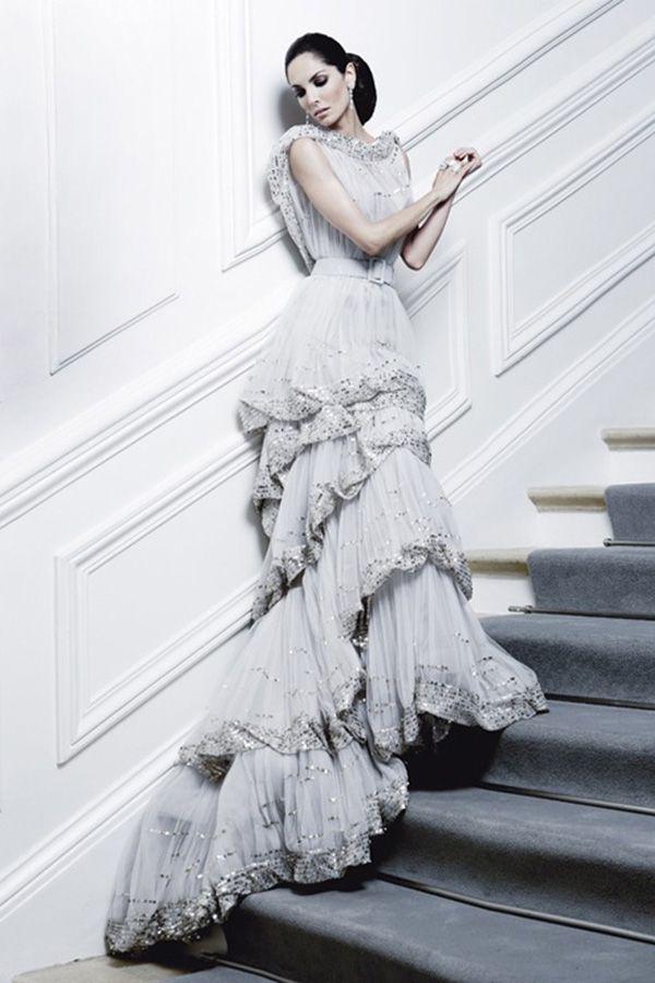 Это вечернее платье от Армани сочетает в себе нежность жемчужно-серого оттенка и эффектность многоярусной юбки.