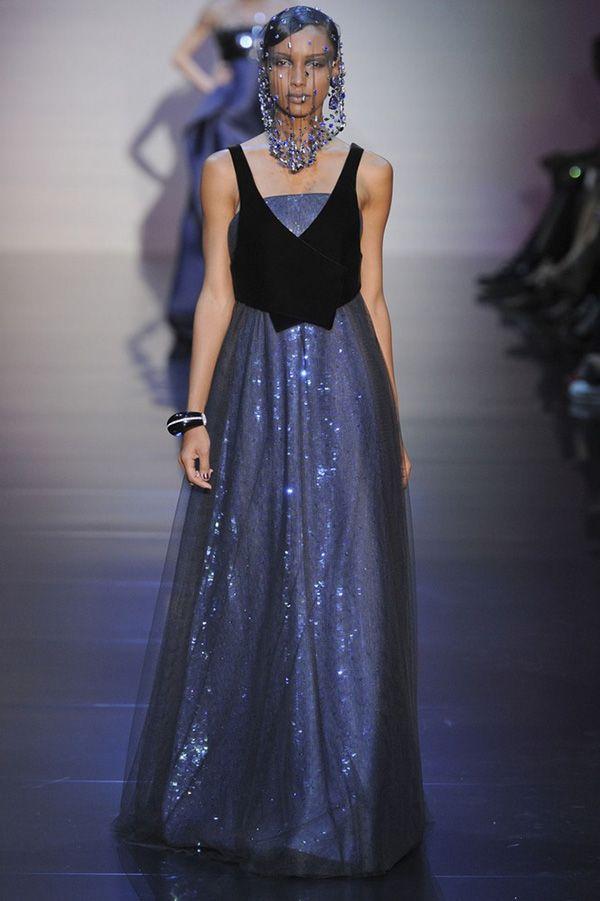 Платье приталенного фасона. Дополнено интересным элементом – чёрной жилеткой, придающей оригинальность наряду.
