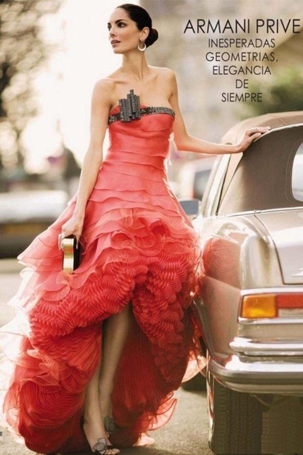 Шикарная модель для любительниц длинных вечерних платьев, желающих при этом показать ноги. Эффектный декор лифа.