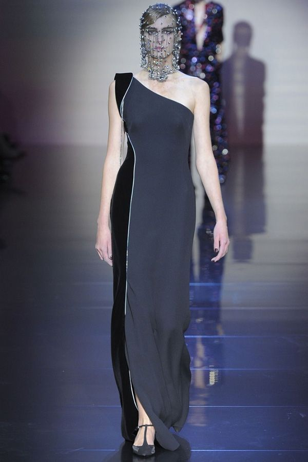Элегантное платье, привлекающее внимание асимметричностью выреза и контрастом серого и чёрного цветов с серебристой отделкой между ними.
