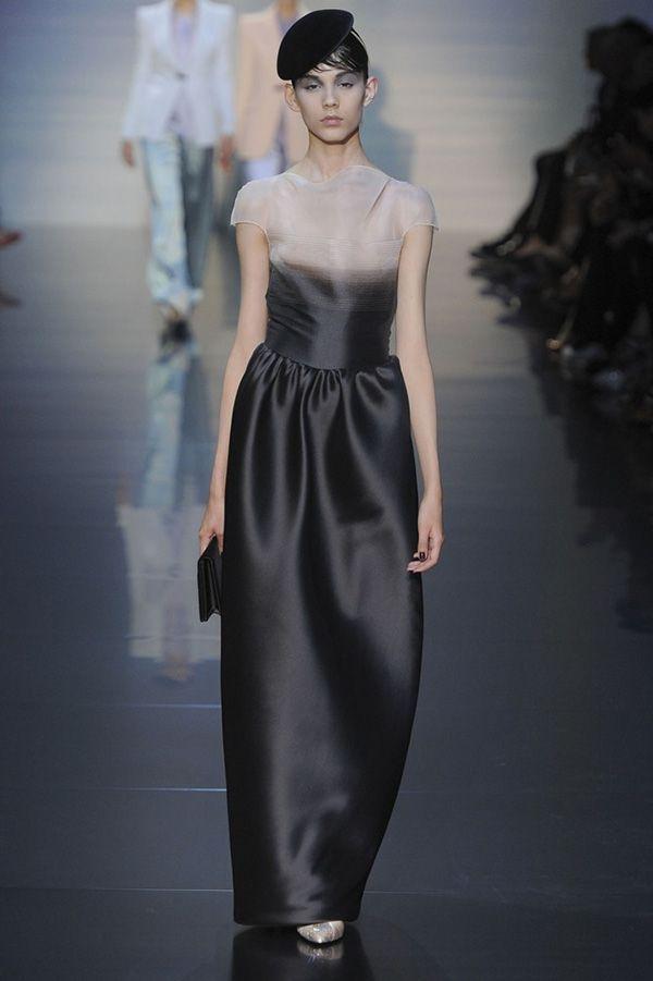 Стиль, в котором выполнено это платье из коллекции Армани, как нельзя лучше можно охарактеризовать как роскошный минимализм.