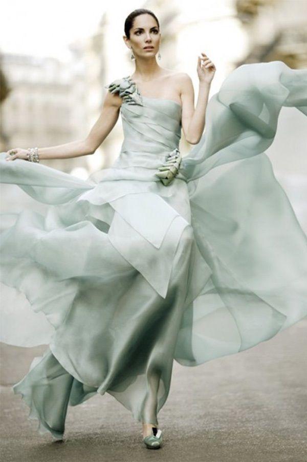 Романтичная модель из лёгкого струящегося материала. Украшена объёмными декоративными элементами в тон платья.