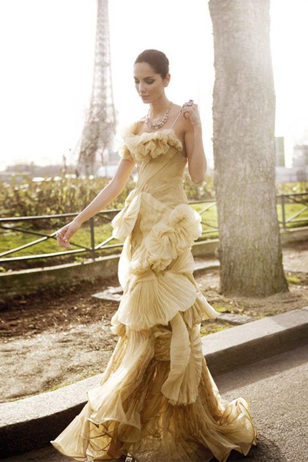 Очаровательное платье на тонких лямочках бежевого цвета с оттенком золотистого. Оформлено плиссированными оборками. У меня оно ассоциируется с цветком – ирисом.