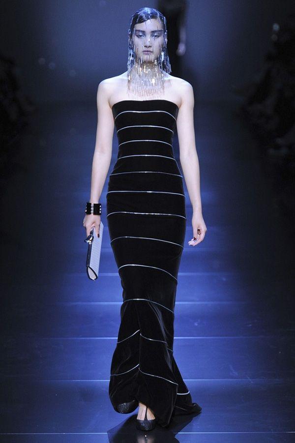 Длинное чёрное платье. Модель идеально сидит на фигуре. Смотрится более торжественно благодаря серебристым полоскам.