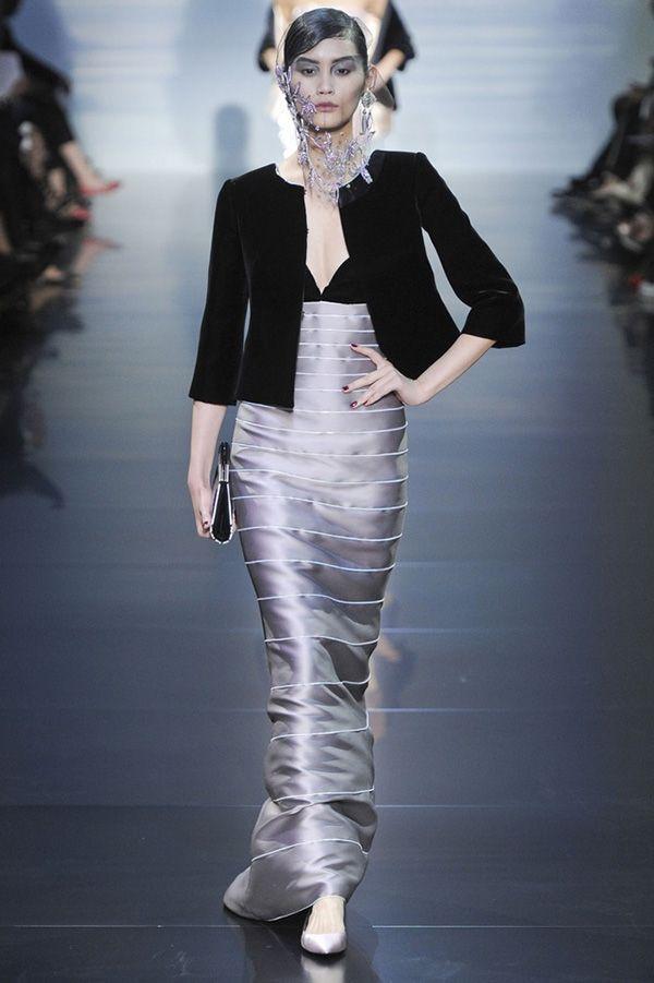 Длинное серебристое платье с чёрным лифом выглядит торжественно. А в дополнении с укороченным пиджаком – более строго.