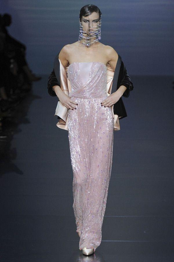 Платье Armani Prive из коллекции осень-зима 2012-2013. Нежный цвет и изящная драпировка придают образу женственности.