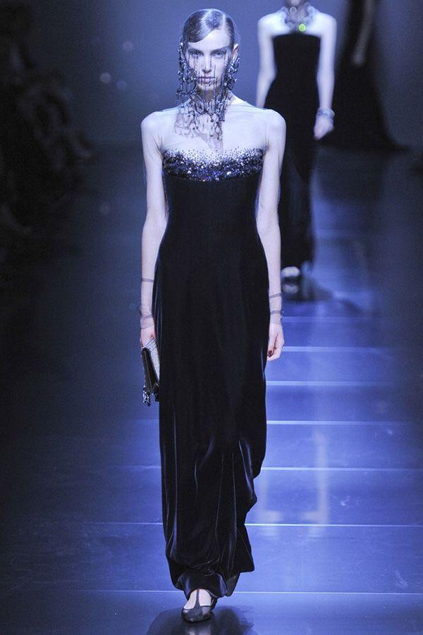 Декор этого вечернего платья по верху лифа переходит в тонкую прозрачную сеточку, которой отделан не только верх, но и длинные рукава.
