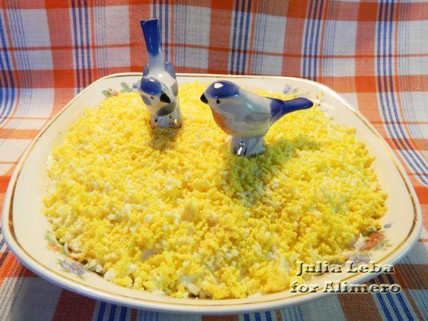 Сырный салат с яйцами, яблоками и луком