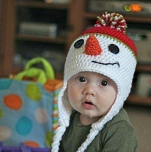 Интересный вариант в виде снеговика с завязками-косичками. Снеговичок тоже в шапочке – с помпоном) А глазки-пуговки!
