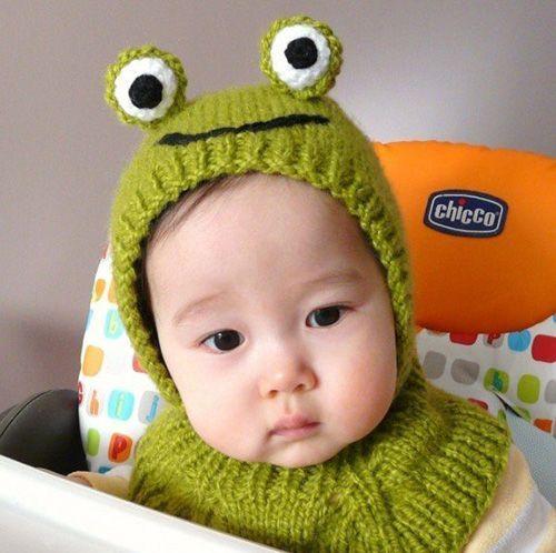 Ребятёнок-лягушонок :) Такая шапочка – отличный вариант для прохладной погоды. И, безусловно, она понравится и малышу, и окружающим.