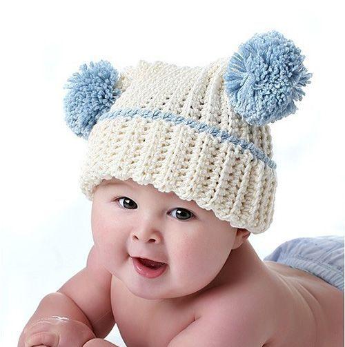 Интерес к вполне обычной шапке можно пробудить крупными весёлыми помпонами. В тон им здесь сделана обвязка, и сами цвета подобраны очень хорошо.