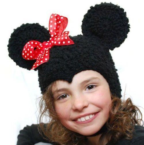 Насколько я помню, девушку Микки Мауса зовут Минни. Именно её образ воплощён в этой шапке с ярким бантиком.