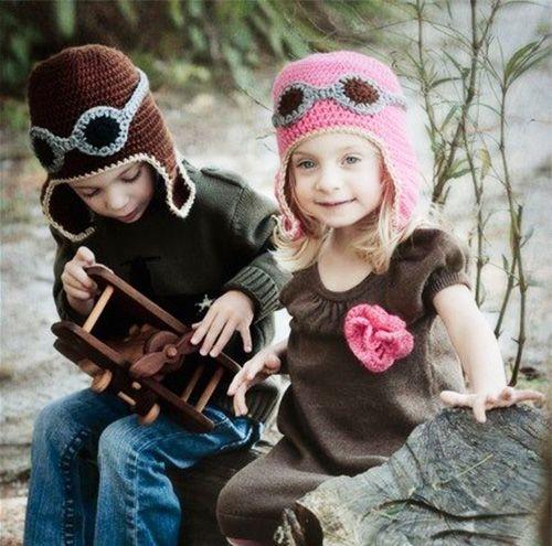 Модель, стилизованная под танкистский шлем, в мальчиковом и девочковом исполнении. В тон шапке можно связать цветок-брошь.