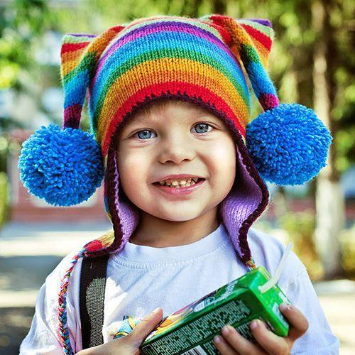 Такая яркая шапка всех цветов радуги и даже больше, не может не поднять настроение и ребёнку, и его маме.