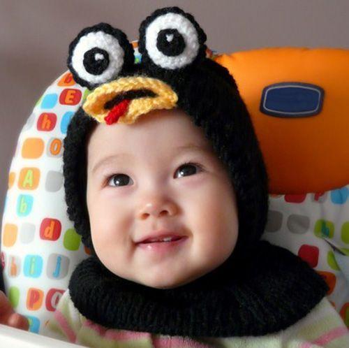 В Интернете можно скачать схему, а можно и придумать самой идею шапки-зверюшки с манишкой. Очень удобно – закрыты и ушки, и шея!