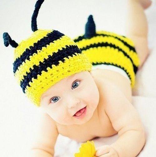Очередной комплект шапочки и вязаных трусиков, одеваемых на памперс или ползунки. На сей раз – пчёлка. И как тут не вспомнить рекламу Билайна?