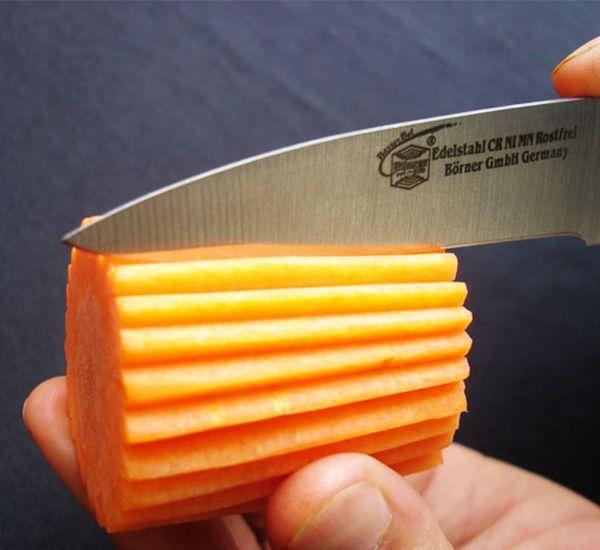 Почистить морковь, сделать заготовку длиной 3-5 см. Нанести равномерные бороздки специальным тайским ножом. Вместо него можно взять обычный маленький, хорошо заточенный, ножик.