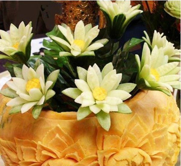 Эта простая, но очень симпатичная весенняя композиция – лилии из огурцов, станет отличной пробой для начинающих.