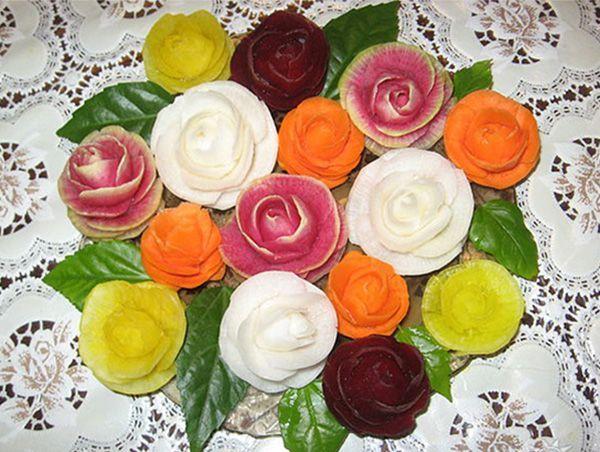 Эти разноцветные розочки вырезаны из нескольких овощей: моркови, свеклы, чёрной редьки и маргеланской редьки.