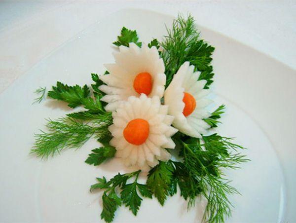 Эти очаровательные ромашки могут украсить любое мясное или рыбное блюдо, салат. Сделаны из редиса, моркови и зелени.