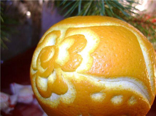 Гравировка цветка на кожуре апельсина. Думаю, многим ребятам было бы интересно найти такой фрукт в своём новогоднем подарке!
