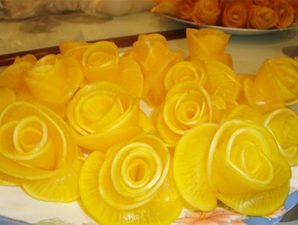 Эти розы сделаны из дайкона, окрашенного пищевым красителем. Вырезанные лепестки собраны в бутон и закреплены зубочистками.