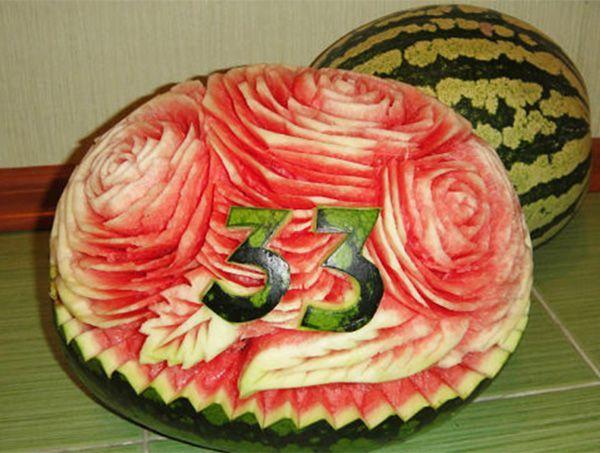 Карвинг арбуза может стать отличным поздравительным вариантом с днём рождения, лучше любой открытки. И красиво, и съедобно! :)