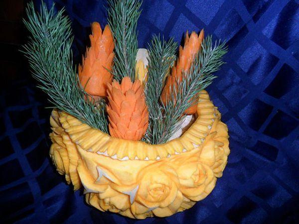 Новогодняя композиция. Ваза, украшенная цветами, вырезана из тыквы, шишки – из моркови. Завершённость придают «ёлочки» из тёмного укропа.