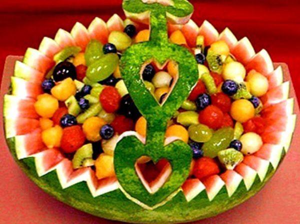 Корзина для фруктов с узорной ручкой сердечками вырезана из арбуза. Думаю, такой подарок способен приятно удивить.