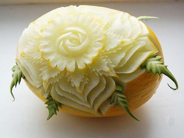 Этот цветок тоже выполнен из дыни. Он часто входит в число фруктовых композиций, используемых для оформления свадебного стола.