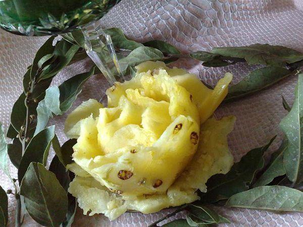 Удивить долгожданных гостей можно вот таким ароматным, вкусным и необычным десертом – распустившейся розой из ананаса.