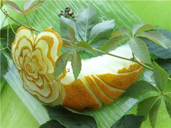 Благодаря сочности и зрелости дыни, сочетающейся с упругой текстурой, лепестки цветка этого «пирожного» получились полупрозрачными.